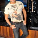Haroldo Enéas veste Blusa Roberto Cavali, calça Diesel, cinto Gucci e  sapato Swains.