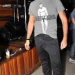 Marcelo Espíndola veste blusa Marc Jacobs, calça Diesel e sapato Prada