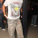 Carlos Augusto veste blusa Cavalera, cinto Forum, calça Anne Future Carmim