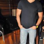 Vitor Vilarinho veste blusa Armadillo e calça SubZero