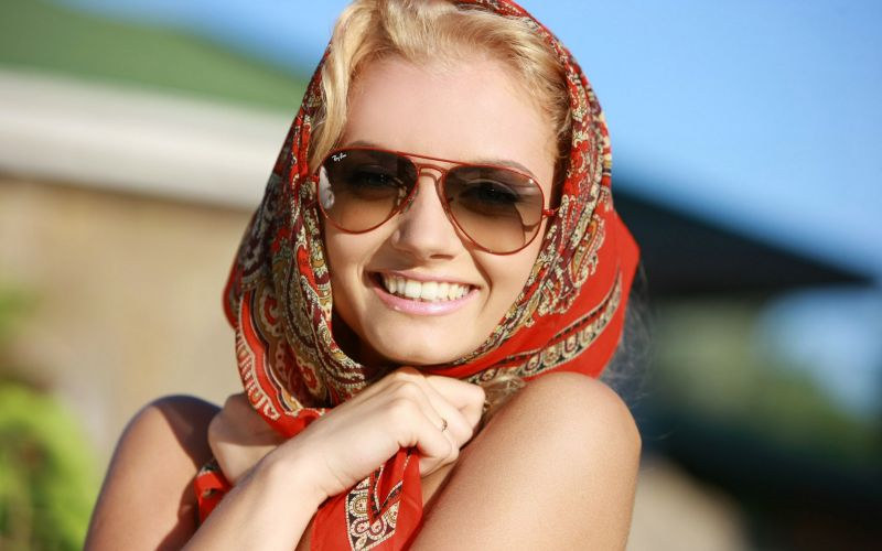 blondes-women-sunglasses-sunlight-sabrina-d-smiling-scarf-ukrainian-ray-ban-312321._new-rb3026-aviator-style-sunglasses-for-women-red-frame-brown-gradient