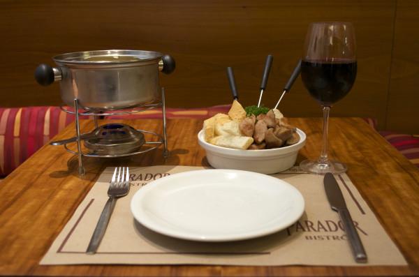 Fondue de Queijo - acompanah cesta de pães e iscas de salsichão de vitela - R$ 65,90